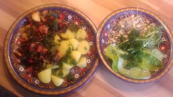 Selbstversorgeressen: Petersilienkartoffeln mit Grünkohlpfanne mit Äpfeln, Johannisbeeren und Thymian. Dazu Sprossensalat.