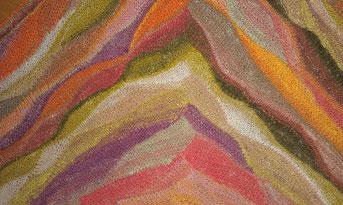 Ausschnitt aus einem gestrickten Dreieckstuch mit verkürzten Reihen in Orange, Beige, Oliv, Lila, Rosa, Pink
