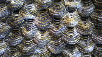 Ausschnitt aus einem Loop mit Teufelszwirnmuster in Blau, Grau, Oliv, Weiß