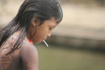 Jeune fille Embera-Wounaan au Panama avec une peinture corporelle typique
