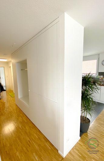 Garderobenschrank in Wandnische, Flurmöbel in weiß mit waagrechter weißer Griffleiste u. offner Garderobennische mit Kleiderstange