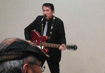 ジョニー小林さんの熱いロックンロール演奏。