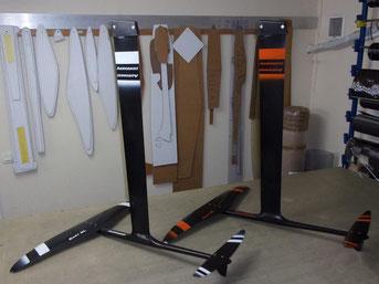 2 windfoils aeromod v2 noir blanc et noir orange dans l'atelier