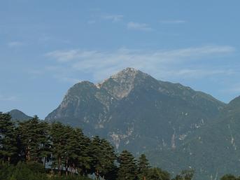 朝日を正面から浴びる甲斐駒ケ岳