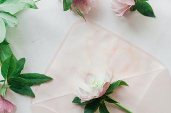 ピンクのバラ、こでまりの花で作られたアレンジメントフラワー。