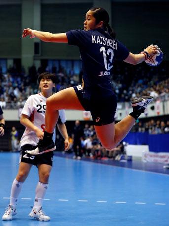 日本代表の勝連智恵(オムロン)が果敢にゴールを狙う(日本ハンドボール協会提供)
