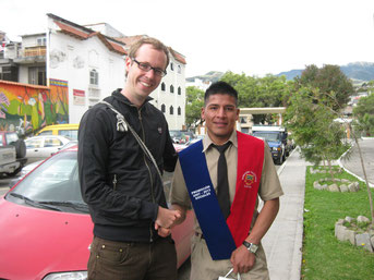 Daniel Kopp gratuliert Angel zu seinem Schulabschluss