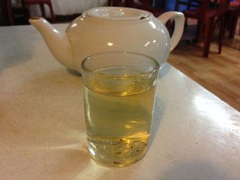 """Man trinkt dazu recht dünnen, einfachen Tee. Die Chinesen hier nennen es oft """"Teewasser"""", und gemeint ist damit der Gratis-Tee, den es in vielen Restaurants gibt."""