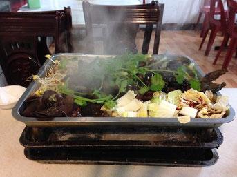 Kao Yu (烤鱼), gebackener Fisch, wird üblicherweise in einem solchen Gestell serviert. Auch vier Personen können davon satt werden.