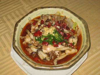 Eine Zubereitungsart von Fröschen in China. Nicht Froschschenkel, sondern Frösche. Es sind eigentlich Kröten. Und man isst sie komplett. Man könnte sagen, wesentlich zivilisierter als die Zubereitung