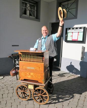 """Der Drehorgelmann """"Flösser-Sämi mit seiner Drehorgel: Karl Göckel Harmonipan 26/44 aus Heidelberg"""