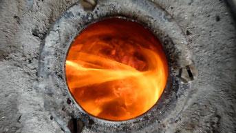 Transformation de la matière dans un creuset d'alchimiste, identifié au travail du praticien du Nei Gong, au sein du champs du cinabre inférieur où se transforme l'Essence.