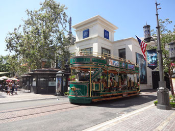 かわいい観光電車が走る。