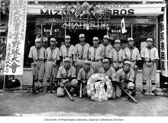 La squadra Seattle Asahi baseball team posa davanti alla Mizuno Bros  Sporting Goods Store