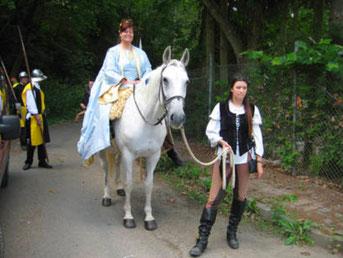 Antaris trägt die Braut bei einer Mittelalter-Hochzeit zum Altar.