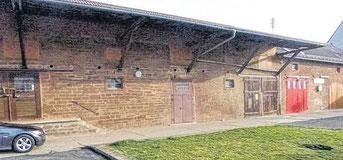 Hier könnte der Wiesenfelder Dorfladen entstehen: die leer stehende Raiba-Lagerhalle. (Foto: Raimund Mehrlich)