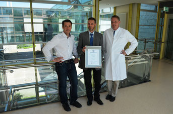 Foto: Oliver Schwindl -  v.l.n.r.: Chefarzt Prof. Dr. Peter-Hubert Grewe, Vorstand Peter Weymayr und Oberarzt Priv. Doz. Dr. Klaus Pels