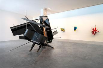 """Sebastian Kuhns """"Polyrhythmic Walkabout"""" (vorne) und drei seiner sog. """"Display Devices""""  im Museum Lothar Fischer. Foto: Andreas Pauly"""