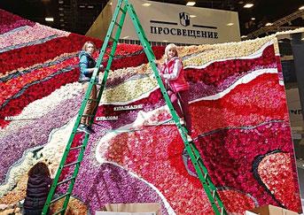 Идет оформление панно из живых роз на Санкт-Петербургском международном экономическом форуме. 2018 г.