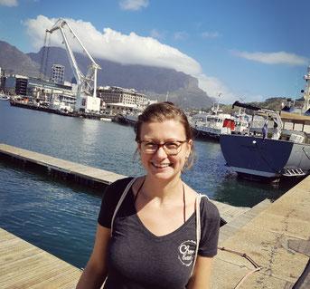Gründerin Kristin in Kapstad an der Waterfront.