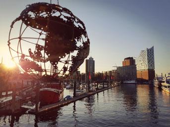 Globus Ariana vor der Elbphilharmonie, Hamburg