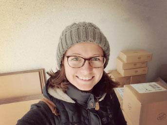 Gründerin Kristin in ihrer Garage am Pakete packen