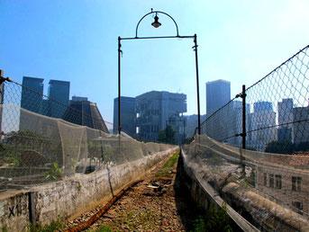 das Gleisbett auf dem Viadukt