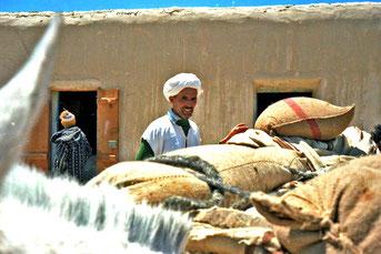 am Pass-Magazin holen sich die Berber die wichtigsten Nahrungsmittel