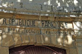 sur le fronton de l'église : la devise de la République