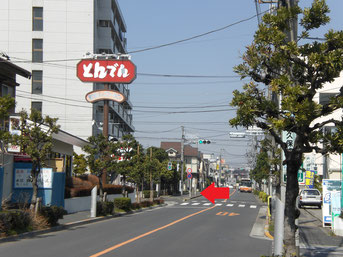 """← """"とんでん花畑店"""" の交差点を左に"""