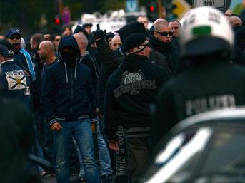 Vermummte Demonstranten laufen durch die Kölner Innenstadt. Foto: Caroline Seidel