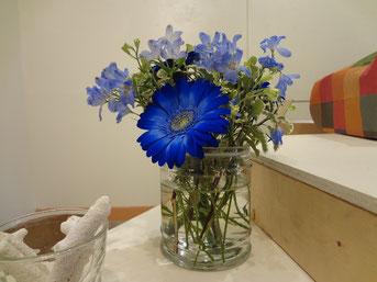最終日、飾られた青い花