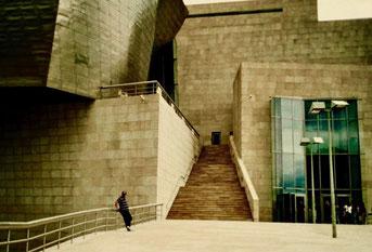 im dekonstruktivistischem Baustil errichtet