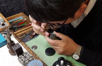 腕時計修理の様子