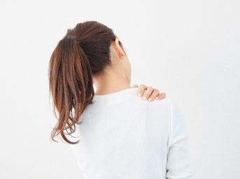 肩こりで悩んでいる女性