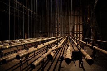Blick auf den Schnürboden im Bühnenturm. Foto © Boris Hajduković
