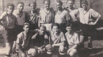 Die erste Mannschaft 1947 - stehend v. Links: Baumhackl, Jeindl, Rußheim, Schwabl, Absenger, Freisacher u. Söls. Hockend v. Links: Zipper, Wagenhofer, Konrad u. Stanek.