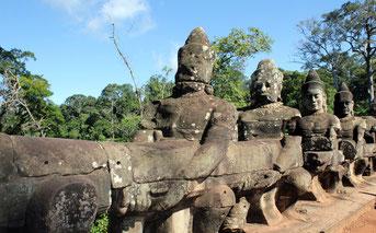 Hilera de Diosas -Asuras en la entrada sur de Angkor Thom