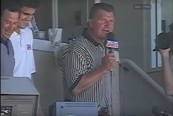 Nella foto Micheal Keller Ditka canta Take me out to the ball game nella partita Pirates Vs Cubs del 5 giugno 1998