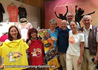 Besuch auf dem freudensprung-Stand in Augsburg: Father Shay Cullen, Gründer der preda foundation und Rosi Pscheidl mit Team vom Weltladen Mitterfelden