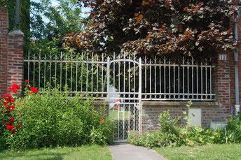 """La grille de la chambre d'hôtes """"les 3 plumes"""" en face de la mairie d'Allonville"""
