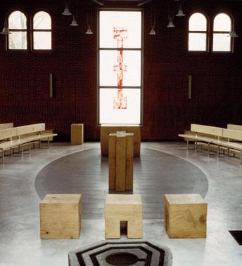 Die neue liturgische Achse: Taufstein, Priestersitz, Ambo, Mitte, Altar, rotes Kreuz - Objekte Klaus Simon