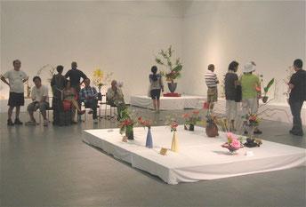 LA 日米文化会館 中央が新橋和子さんの作品