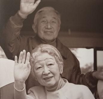 福島相馬市の小学校(避難所)にご到着、出迎えた子供たちに手をお振りになる両陛下。日本赤十字社発行『慈しみ』より