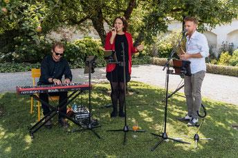 Agape im Freien mit Sängerin und Klavier