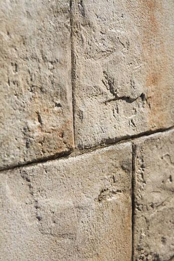 Detail: verwitterte Steinwand