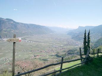 Ausblick auf Südtirols herrlicher Urlaubslandschaft. Blick Etschtal Richtung Süden.