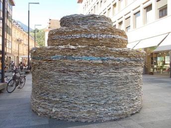 Gebilde aus Zeitungen in der Sparkassen Str. Meran Südtirol