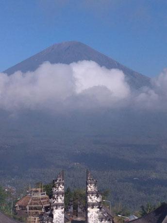 Bali: Blick von Pura Lempuyang (Tempel) auf Gunung Agung (Vulkanberg)