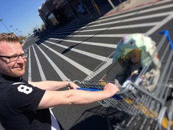 Shopping bei Walmart. Kinderwagen und Autositz müssen endlich her!